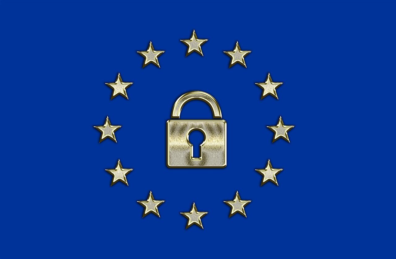 EU-Flagge mit Vorhängeschloss