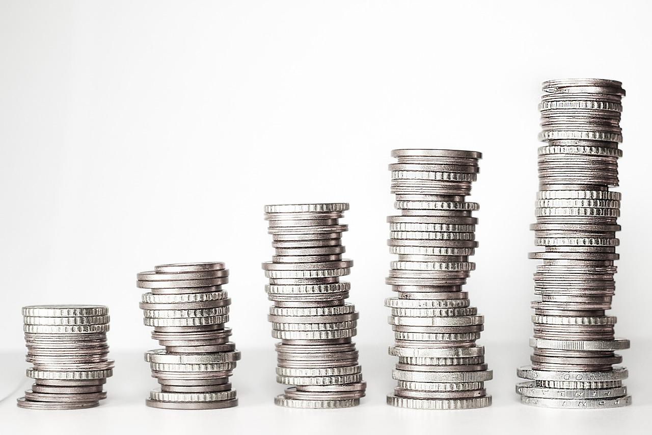 Unterschiedlich hohe Stapel mit Geldmünzen