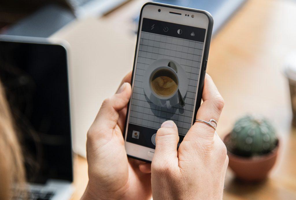 Foto von Kaffeetasse auf Smartphonebildschirm