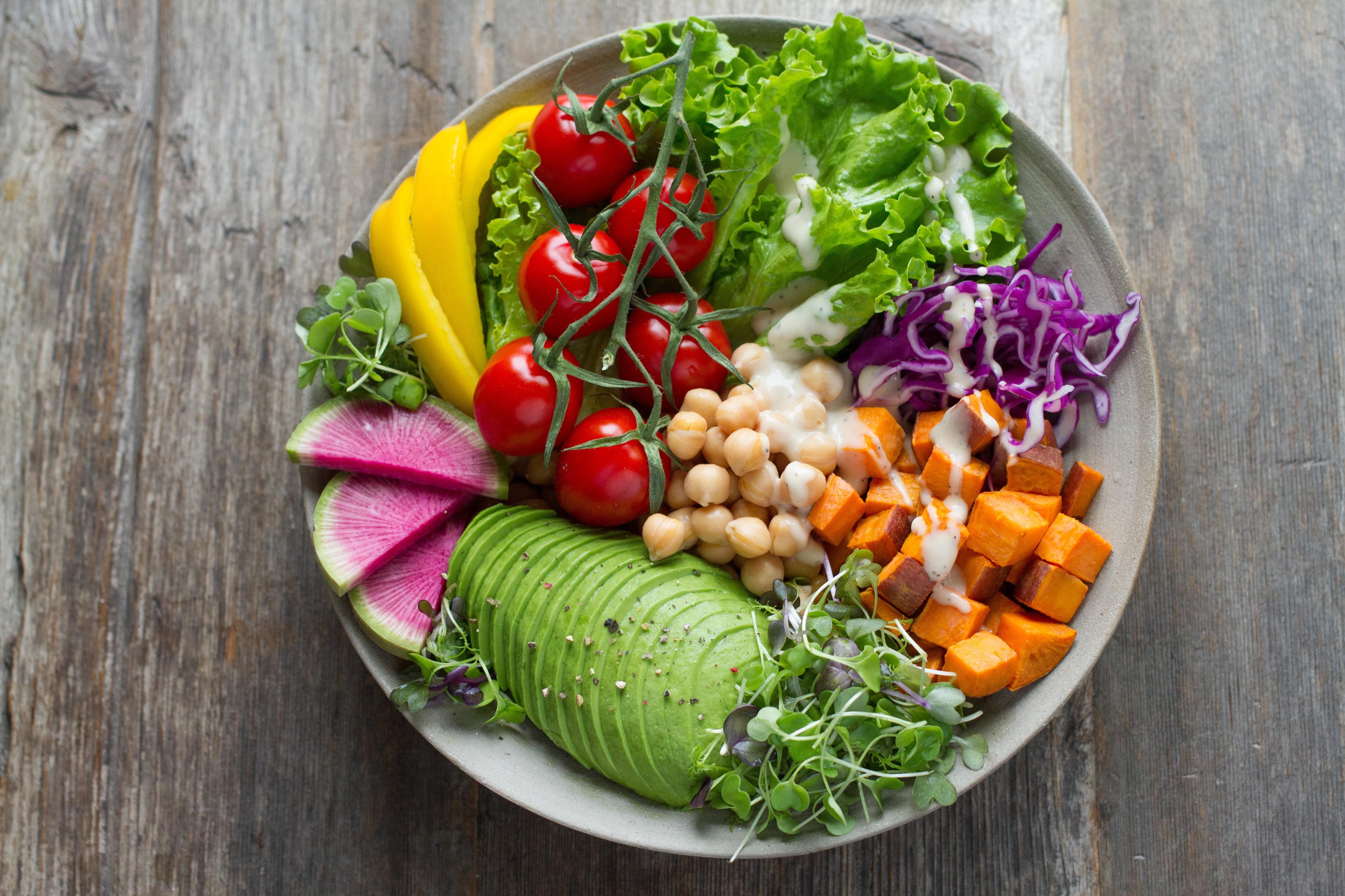 Frisches und gesundes Essen auf einem Teller